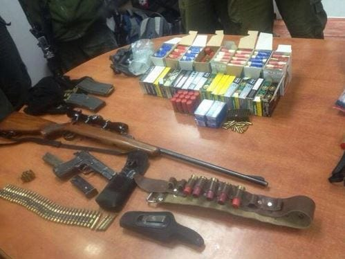 Weapons confiscated by the IDF upon the arrest of 14 Palestinian men suspected of terror. (Photo: @IDFSpokesman/ Twitter)