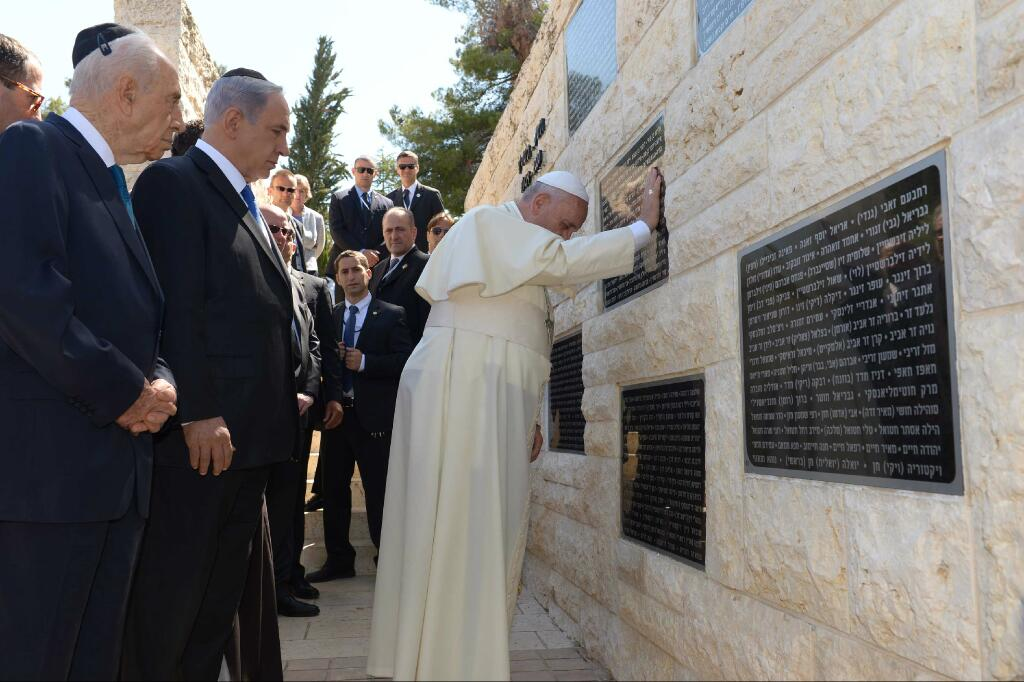 Pope Francis visiting the memorial for terror victims on Mount Herzl. (Photo: @IsraeliPM/ Twitter)