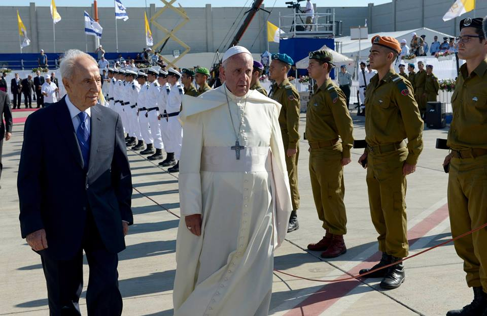 Pope Francis inspects the IDF Color Guard. (Photo: GPO)