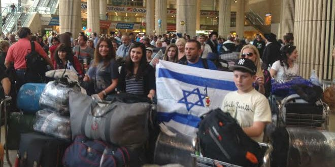 Ukrainian Jews get a real Israeli welcome after making aliyah. (Photo: David Parsons/ICEJ)