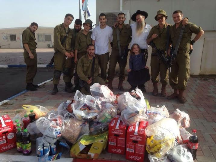 Delivering food packages to needy IDF soldiers. (Photo: Karmey Chesed)