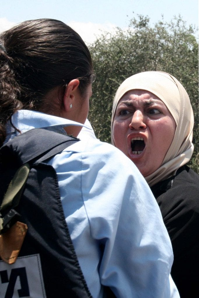 A Muslim woman argues with an Israeli police officer in the Old City of Jerusalem. (Photo:  Phil Sussman /Flash90)