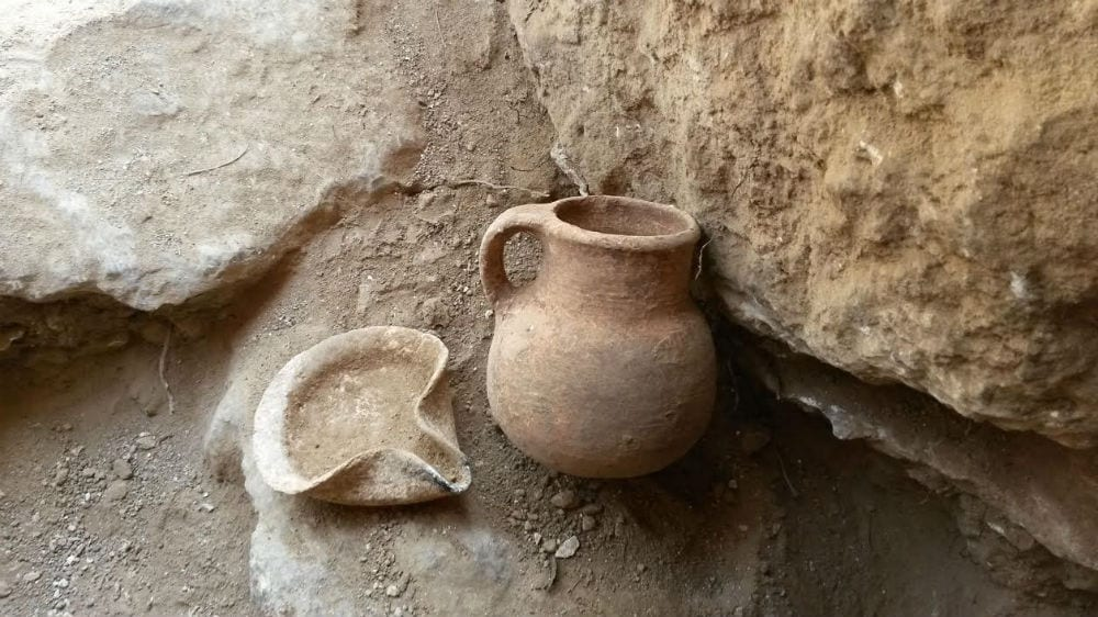 An oil lamp and a ceramic jar that date to the Iron Age, which were discovered in the cave. (Photo: Unit for the Prevention of Antiquities Robbery of the Israel Antiquities Authority)