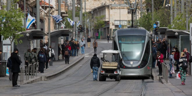 People stand still on Jaffa street in central Jerusalem as a two-minute siren is sounded across Israel to mark Holocaust Remembrance Day on April 16, 2015. (Photo: Yonatan Snidel/ Flash90)