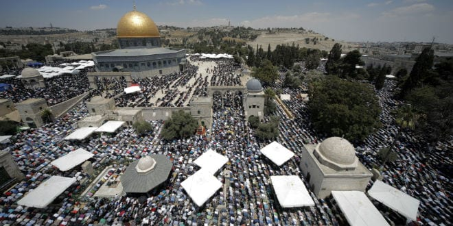 Thousands of Muslims pray in front of the Dome of the Rock on the compound known to Muslims as al-Haram al-Sharif and to Jews as Temple Mount during the second Friday of the holy month of Ramadan in Jerusalem's Old City, June 26, 2015. (Photo: Suliman Khader/Flash90)