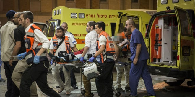 An ambulance brings a wounded soldier to the Hadassah Ein Karem hospital in Jerusalem on October 17, 2015. The Israeli soldier was injured in a stabbing attack in Hebron, October 17, 2015. (Photo: Hadas Parush/Flash90)