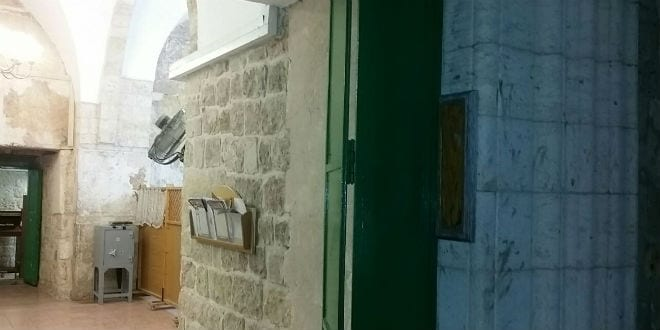 The spot signifying the missing mezuzah, which usually adorns the entrance to the Cave of the Patriarchs, is glaringly empty. (Photo: Breaking Israel News)