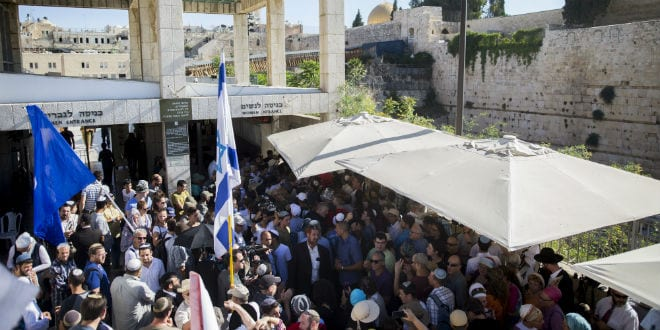 Hundreds of supporters arrive to visit the Al-Aqsa Mosque compound in memory of Hallel Yaffa Ariel in Jerusalem Old City, July 12, 2016. (Photo: Yonatan Sindel/Flash90)